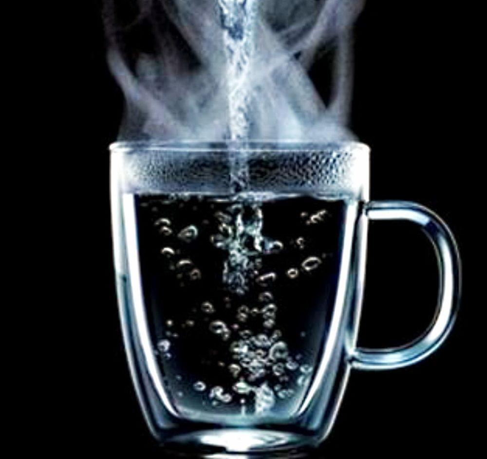 فوائد شرب الماء الساخن على الريق